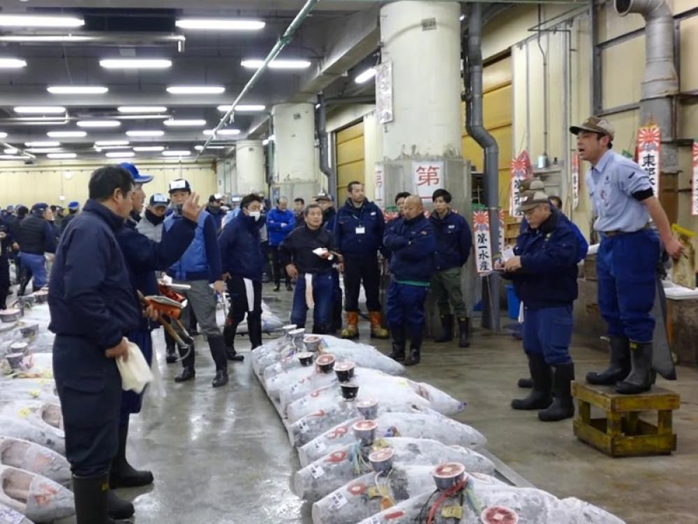 Japan's famous Tsukiji market closes, fish vendors relocate