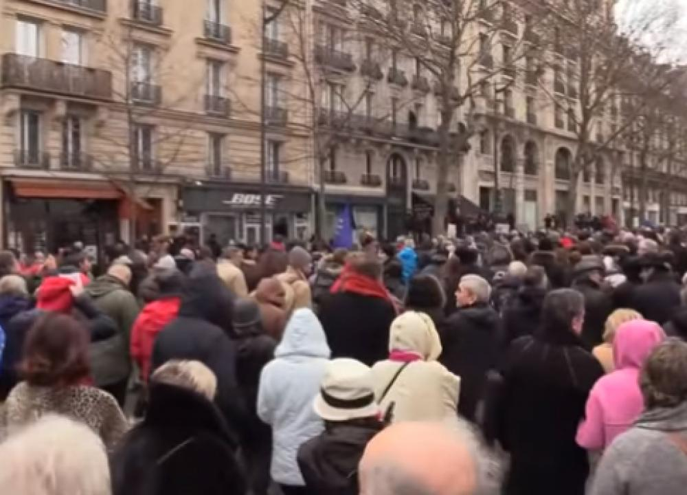 Red Scarves now march in Paris against Yellow Vest movement