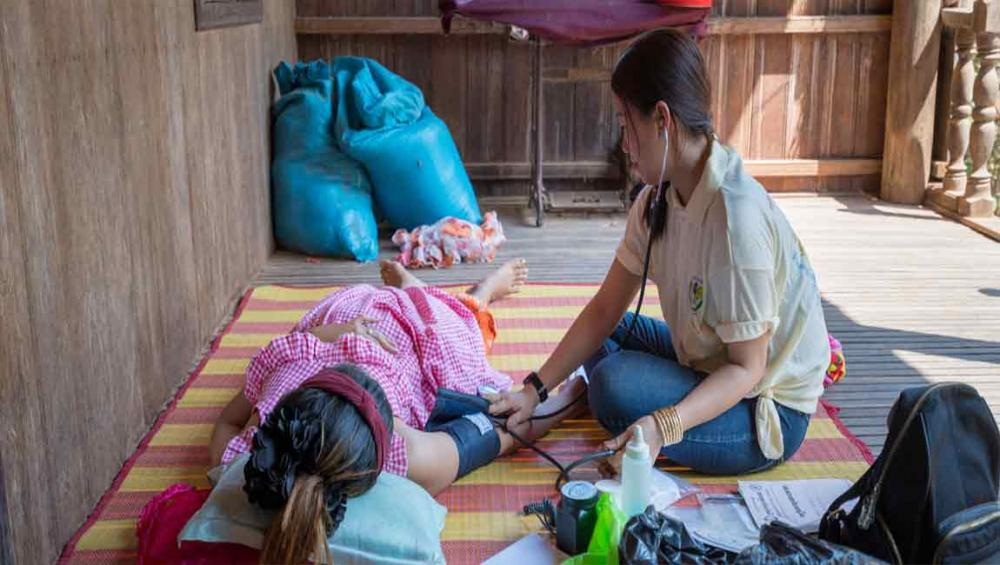 Midwives 'lead the way with quality care', as world marks International Day