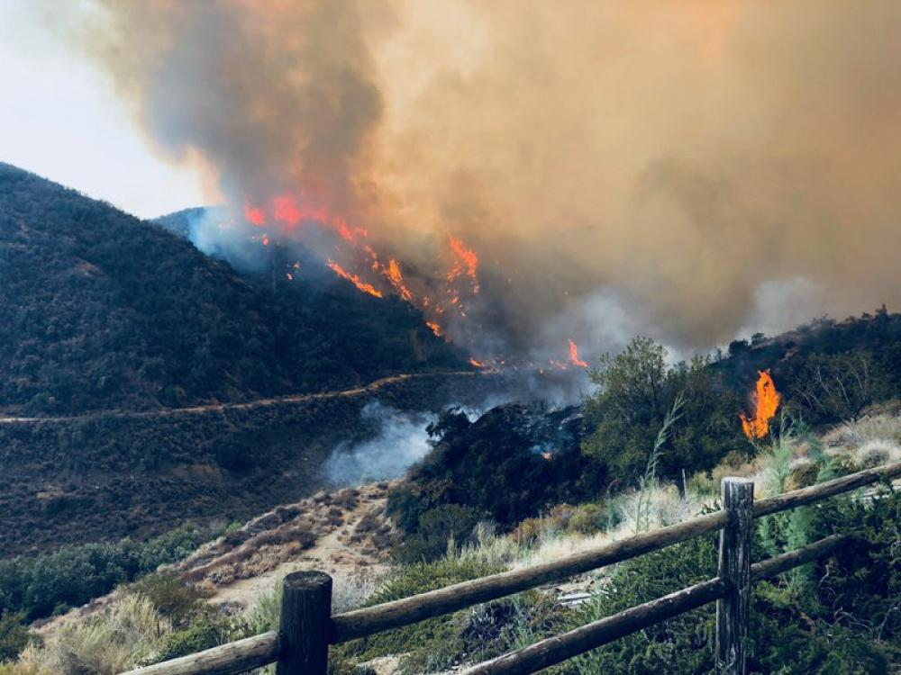 USA: Thousands flee homes in Lake Elsinore as wildfire advances
