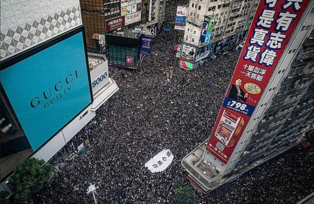 Hong Kong: Pro-democracy protesters defy police