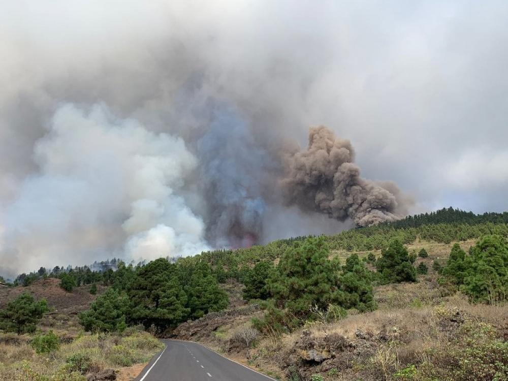 Spain: Volcano erupts on La Palma in Canary Islands
