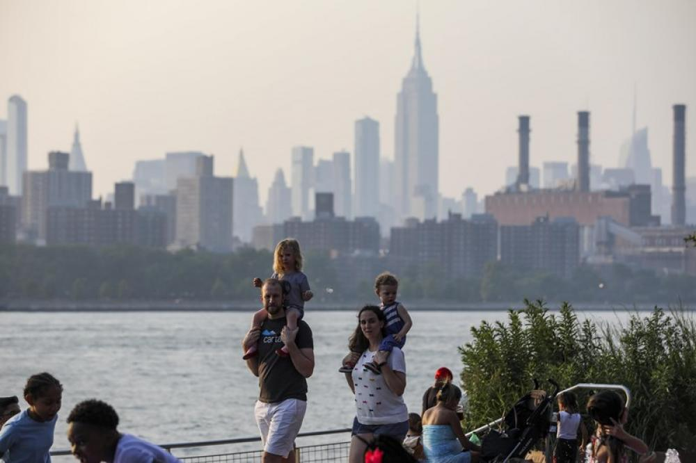 People enjoy leisure time in New York