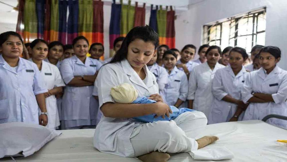 On International Day, UN honours midwives as family 'partners for life'