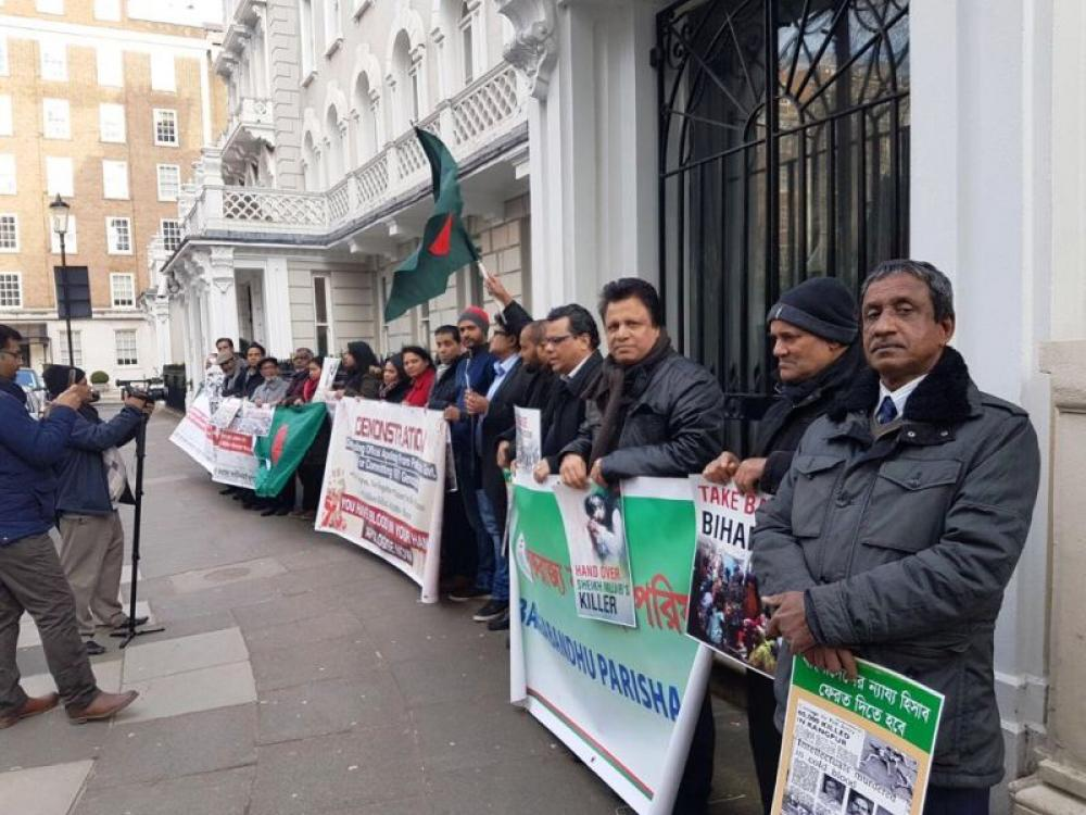 Bangladeshis in London demand apology from Islamabad for 1971 genocide, protest outside Pak HC