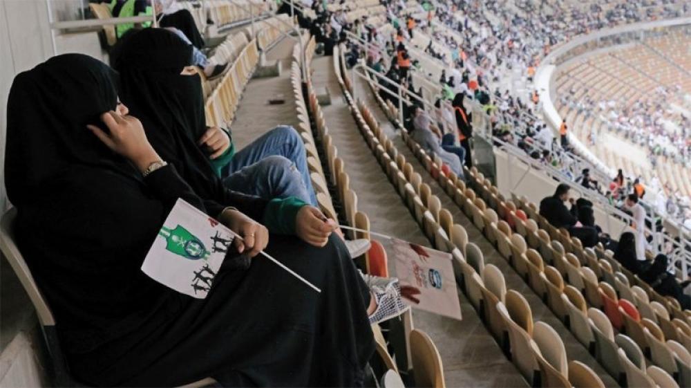Saudi Arabia: Women watch football match in stadium for first time