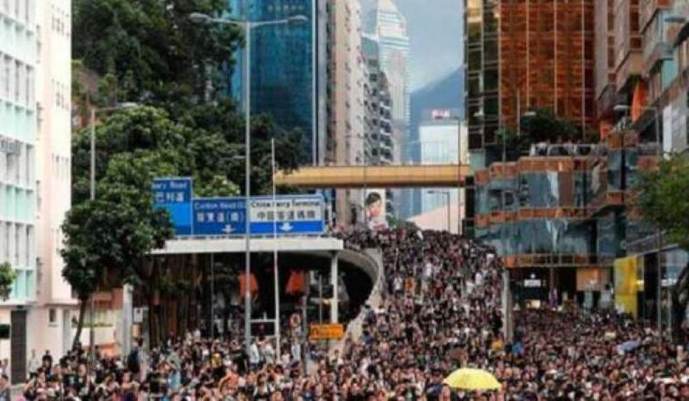 Tens of thousands of protesters March in center of Hong Kong despite police ban